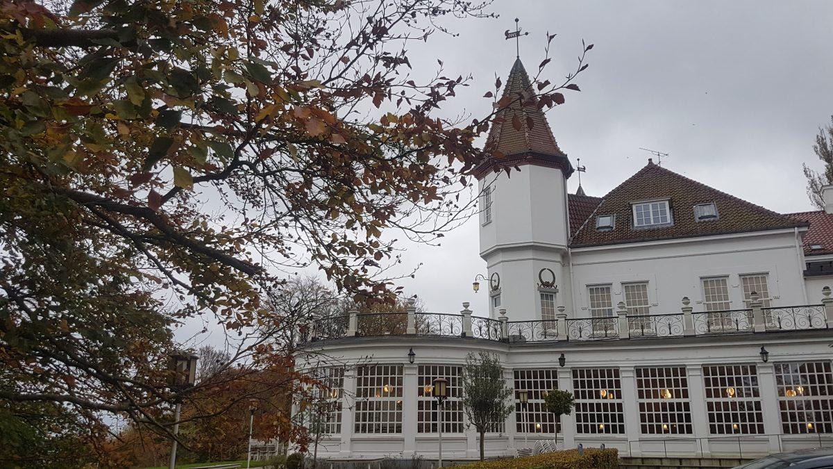 Eksempel på Custom design fra Woodhazel. Dette custom design var til et bryllup på Varna Palæet i Aarhus med havet og bøgeskoven i baggrunden i efterårsfarver
