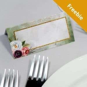 Foldet bordkort i farven olive, uden navn og gratis at hente.