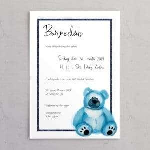 Barnedåbsinvitation med blå bamse og ramme i mørke blå glitter