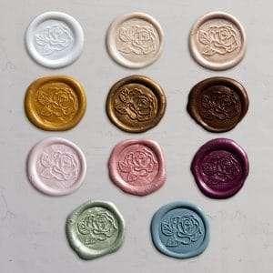 Laksegl Rose i farverne: White pearl, Ivory, shell, honey, gold, bronze, barely blush, rose, mulberry, sage, olive og Dusty Blue. Færdiglavede laksegl med tape på bagsiden.