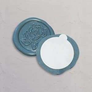 Laksegl med rosemotiv i farven Dusty Blue med selvklæbende tape på bagsiden