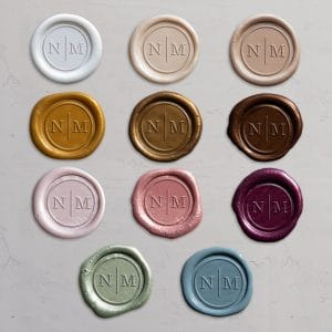 Laksegl med monogram i farverne: Pearl White, Ivory, Shell, Honey, Gold, Bronze, Barely Blush, Rose, Mulberry, Sage og Dusty Blue.