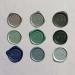 Laksegl Monogram: Clay, Thyme, Sequoia, Silver Sage, Olive, Sitka, Royal Blue, Dusty Blue og Baby Blue