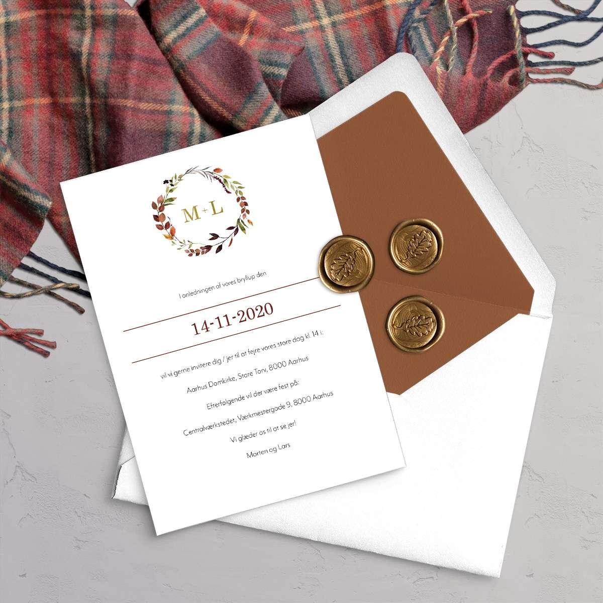 Designlinjen Autumn Wreath. Fås med guld folie eller trykt på akvarelpapir. Et smukt design til at efterårsbryllup med krans i efterårsfarver.