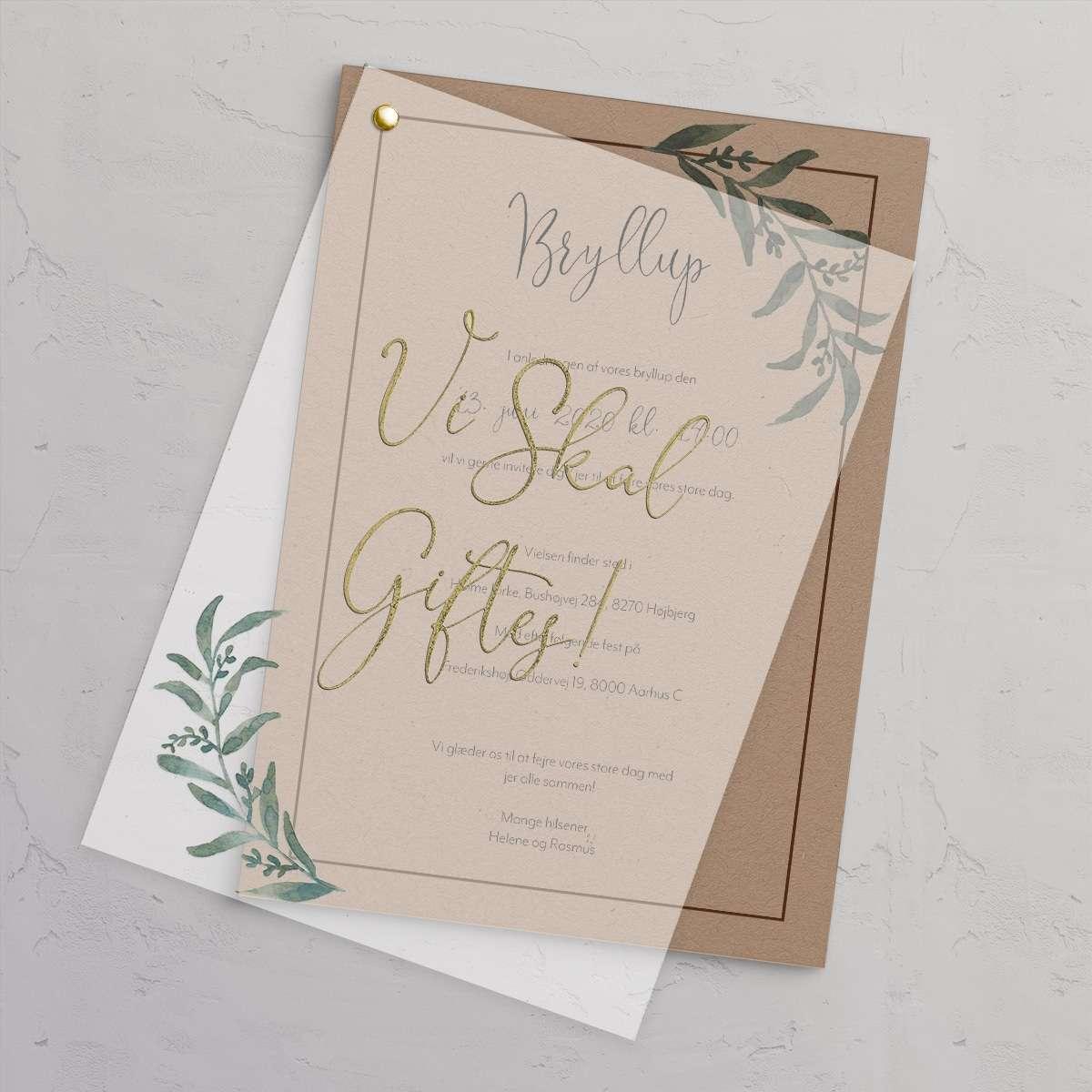 Bryllupsinvitationen Golden Branches rustik og naturlig bryllupsinvitation trykt på genbrugspapir med vellum (kalkerpapir) forside med antique gold folie.