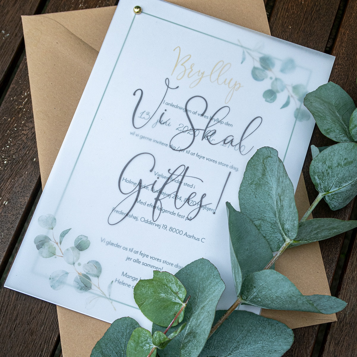 Bryllupsinvitation Golden Eucalyptus med vellumcover (kalkerpapir) og guldfolie