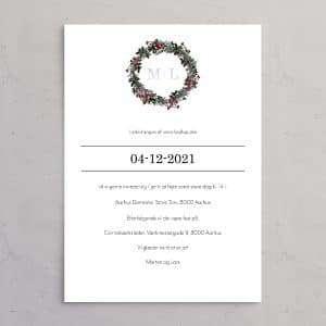 Invitation til vintersbryllup med monogram. Bryllupsinvitationen Winter Wreath med monogram i sølvfolie. Et smukt design til et vinterbryllup med krans i gran, kristtjørn og grene med røde bær.
