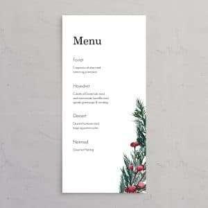 Menukort til bryllupsinvitationen Winter Wreath med monogram. Et smukt design til et vinterbryllup med krans i gran, kristtjørn og grene med røde bær.