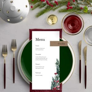Menukort med bordkort Nature til bryllupsinvitationen Winter Wreath med monogram. Et smukt design til et vinterbryllup med krans i gran, kristtjørn og grene med røde bær.