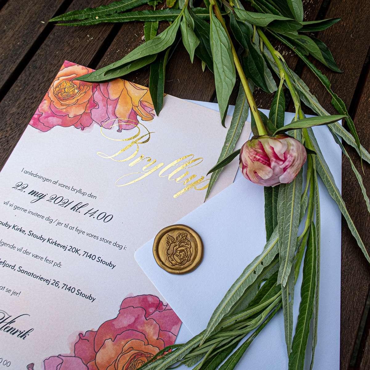 Bryllupsinvitation med roser i farven Orange og kalligrafi skrift med guldfolie
