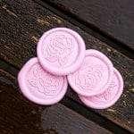 Laksegl med rose motiv i farven Bubblegum Pink