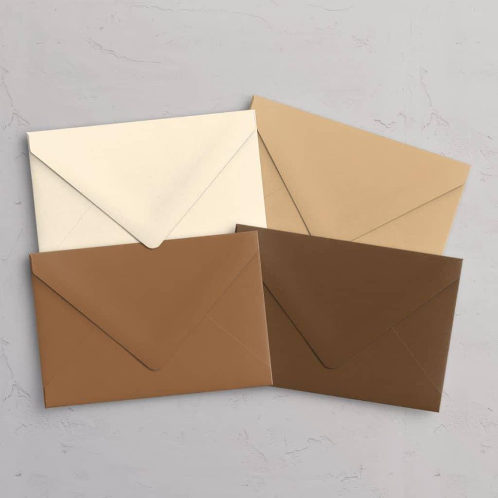 C5 kuvert med spidsklap i farvene Ivory / elfenben, Camel / gyldenbrun, Hazelnut / nøddebrun, Chocolate / chokoladebrun