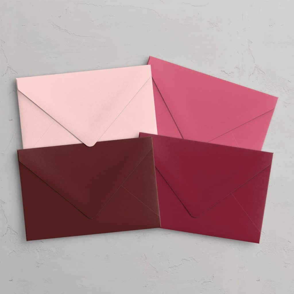 C5 kuvert med spidsklap i farvene Pastel Pink (lyserød), Flamingo (hot pink), Bordeaux (vinrød), Red (rød)