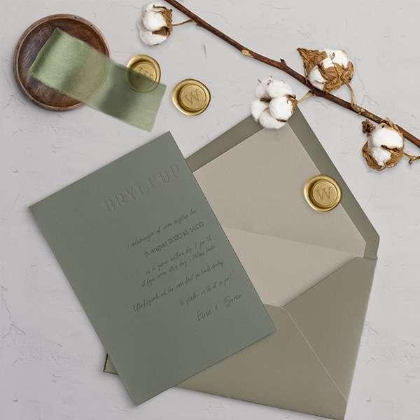 Custom design - bryllupsinvitation i støvet grøn.  Et unikt design lavet specielt til din store dag.