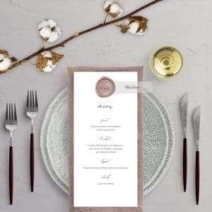 Menukort Calligraphy med vellum bordkort og monogram laksegl med hjerte
