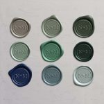 Laksegl Monogram Heart: Clay, Thyme, Sequoia, Silver Sage, Olive, Sitka, Royal Blue, Dusty Blue og Baby Blue