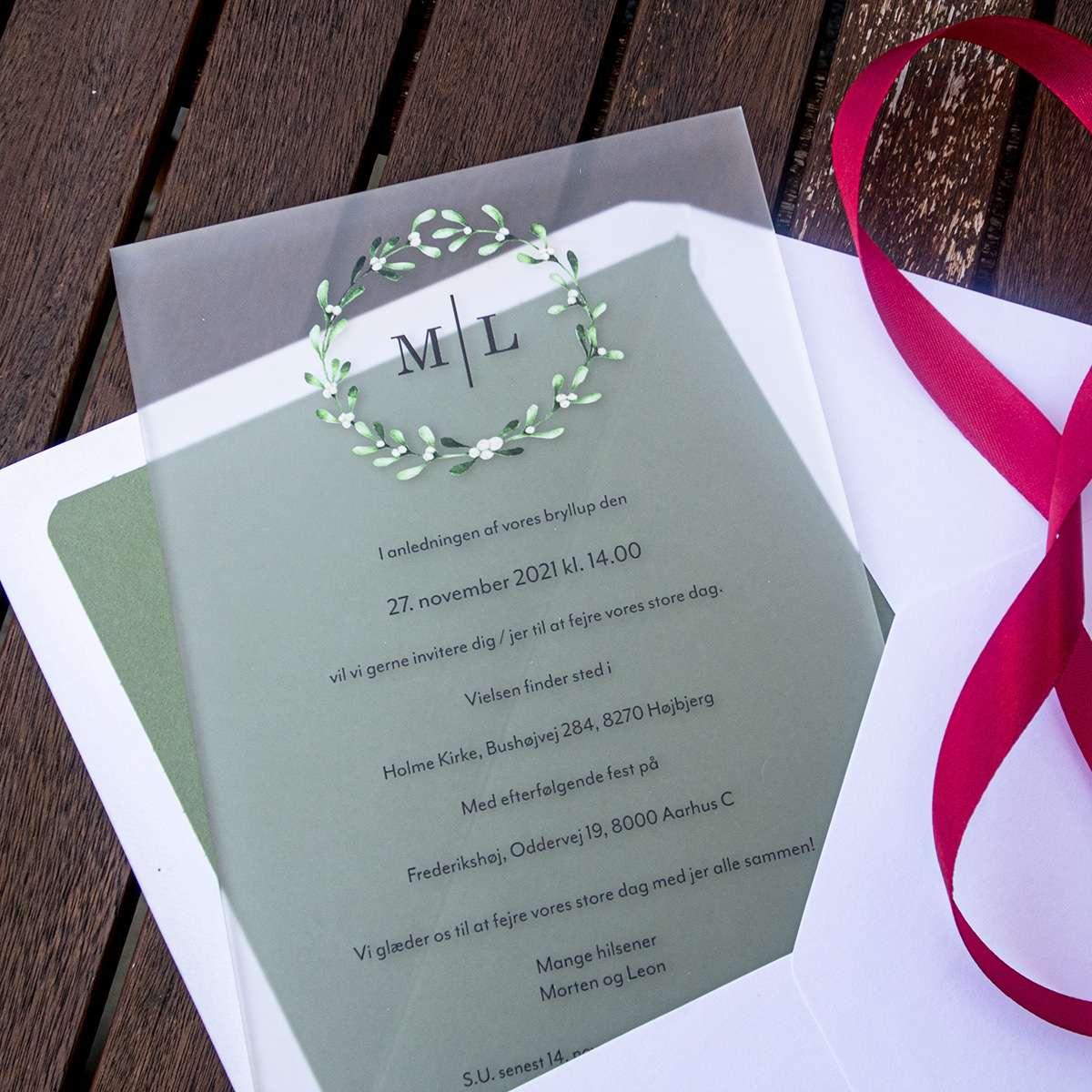 Bryllupsinvitation Mistletoe Wreath på frosted akryl med foret kuvert og satinbånd