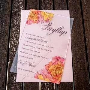 Bryllupsindbydelse med roser på frosted akryl med farvet kuvert i farven Cipria
