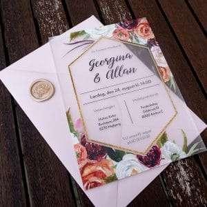 Bryllupsinvitation Fleur på frosted akryl med boheme blomster og guldramme. C5 kuvert i farven Nude med laksegl med rosemotiv i farven Shell.