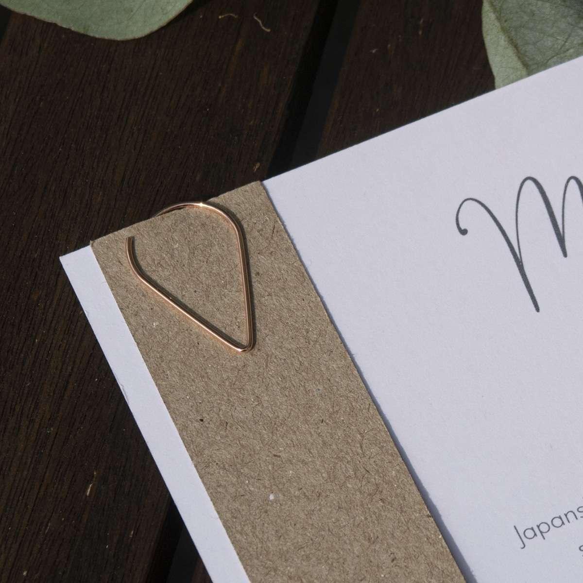 Dråbeformet papirclips i rosegold-farvet metal. Perfekt til at fastsætte bordkort med menukortet eller til kæreskilt på invitationen.