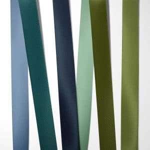 Satinbånd blå og grønne nuancer til bryllupsinvitation 100% kvalitets polyester satinbånd i farverne: støvet blå, blågrøn, mørk blå, salviegrøn, olivengrøn og græsgrøn