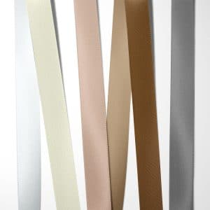 Satinbånd Neutrale nuancer til bryllupsinvitation 100% kvalitets polyester satinbånd i farverne: hvid, elfenben, lys støvet rosa, sandfarvet, brun og grå