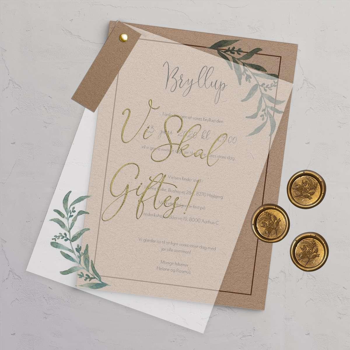 Bryllupsinvitationen Golden Branches rustik og naturlig bryllupsinvitation trykt på genbrugspapir med vellum (kalkerpapir) forside med antique gold folie. Stylet med kæreskilt og laksegl med grene motiv