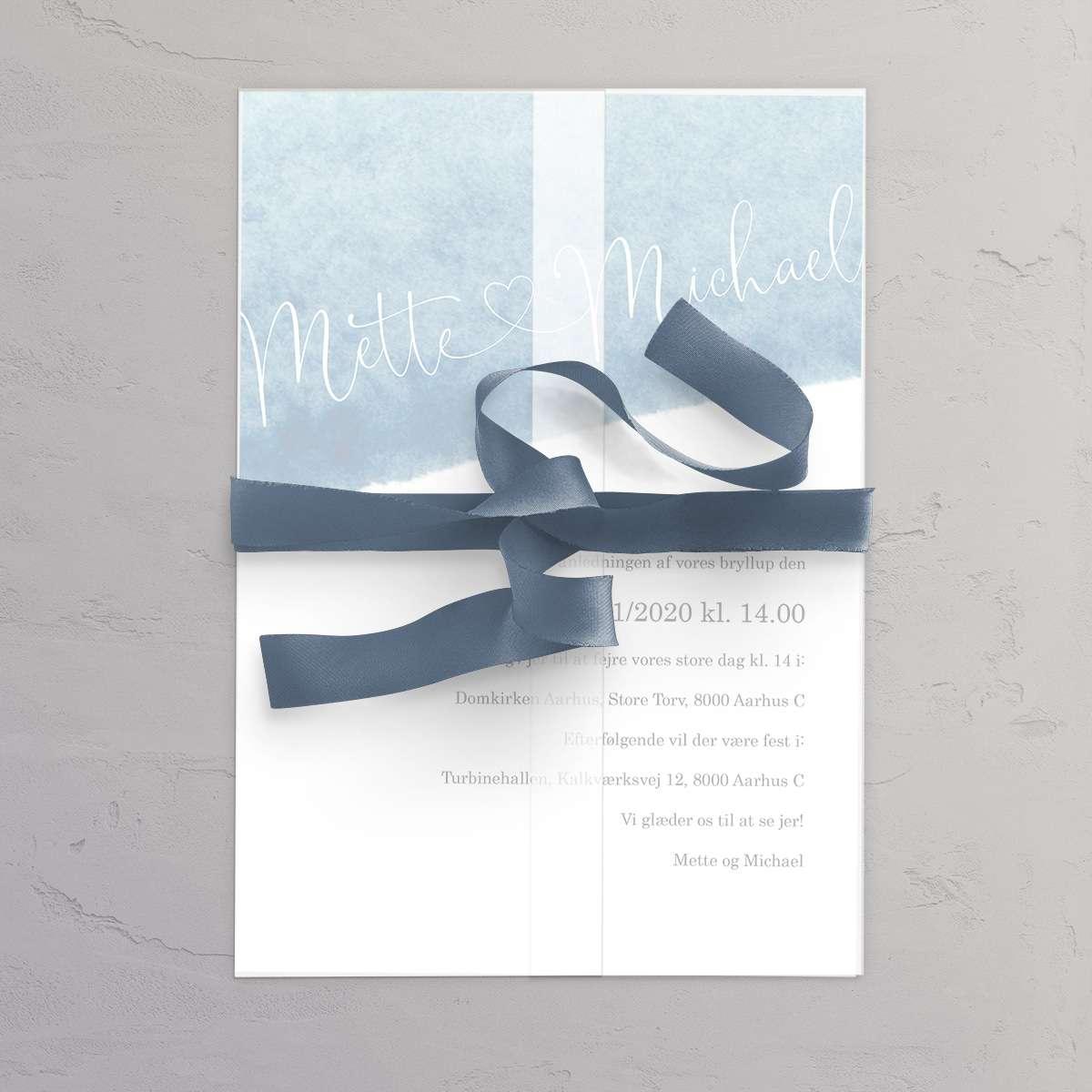 Bryllupsinvitation Something Blue med vellumcover, satinbånd i farven Smoke Blue og foret kuvert