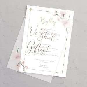 """Bryllupsinvitation Golden Orchid med guldfolie og vellumforside med """"Vi skal giftes"""" og illustrationer af orkideer."""