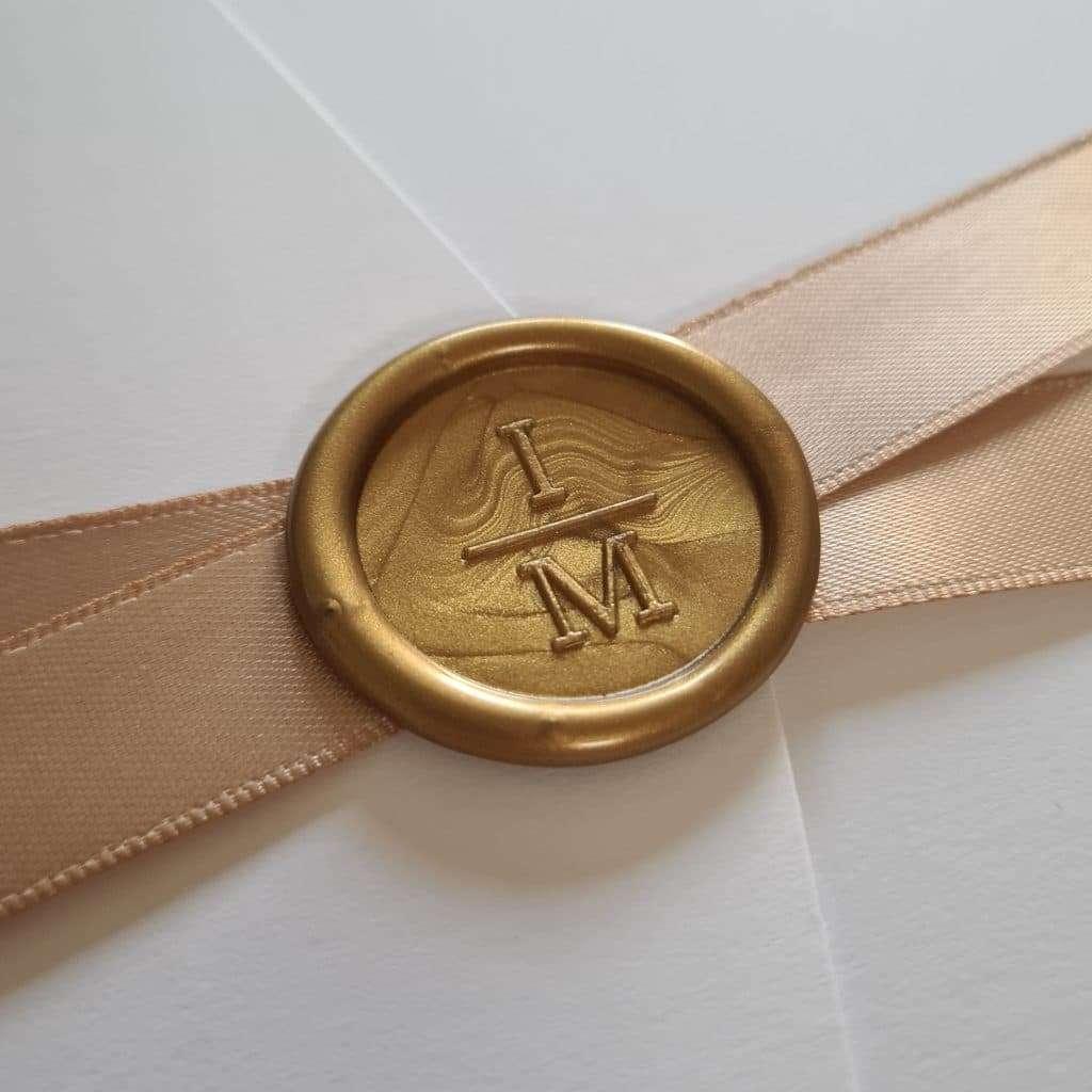 Laksegl med monogram Vertical i farven Gold med pocketfold invitation og satinbånd i farven Tan