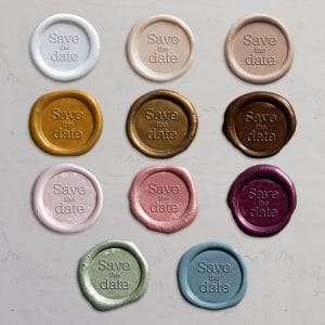 Laksegl til Save the date kort i farverne: Pearl White, Ivory, Shell, Honey, Gold, Bronze, Barely Blush, Rose, Mulberry, Sage og Dusty Blue.