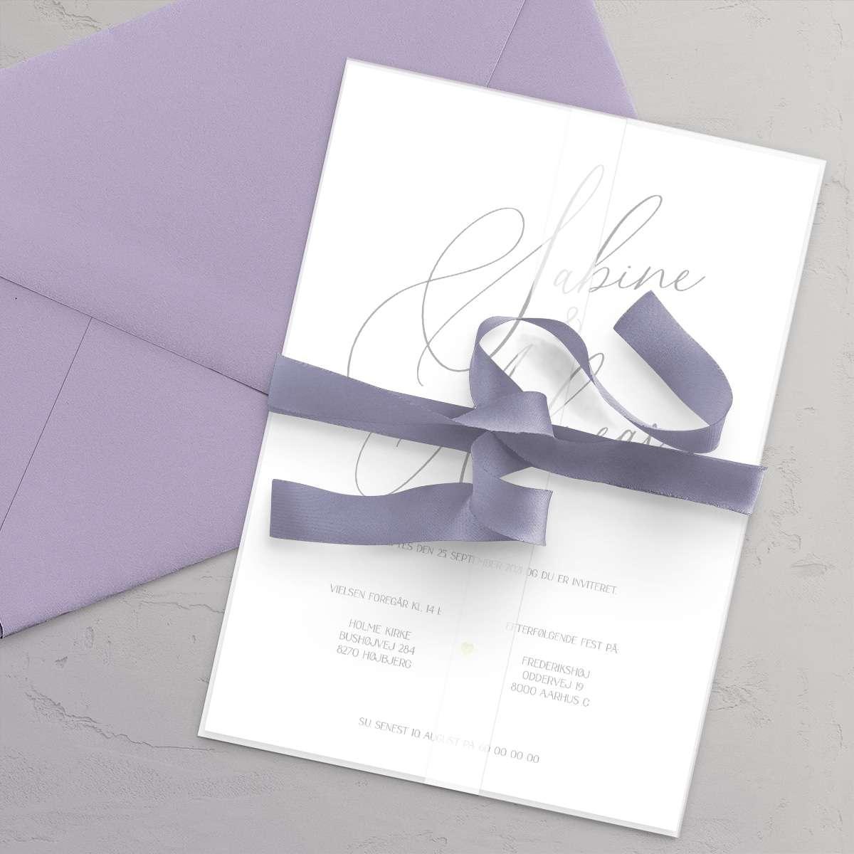 Bryllupsinvitation Calligraphy stylet med Trendfarve 2021 - Heirloom Lilac (lavendel / lilla) med satinbånd, vellumcover og lilla kuvert