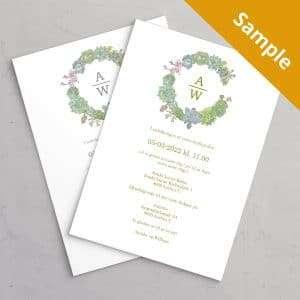 Succulents Wreath Bryllupsinvitation med guldfolie, illustration af sukkulenter med brudeparrets monogram