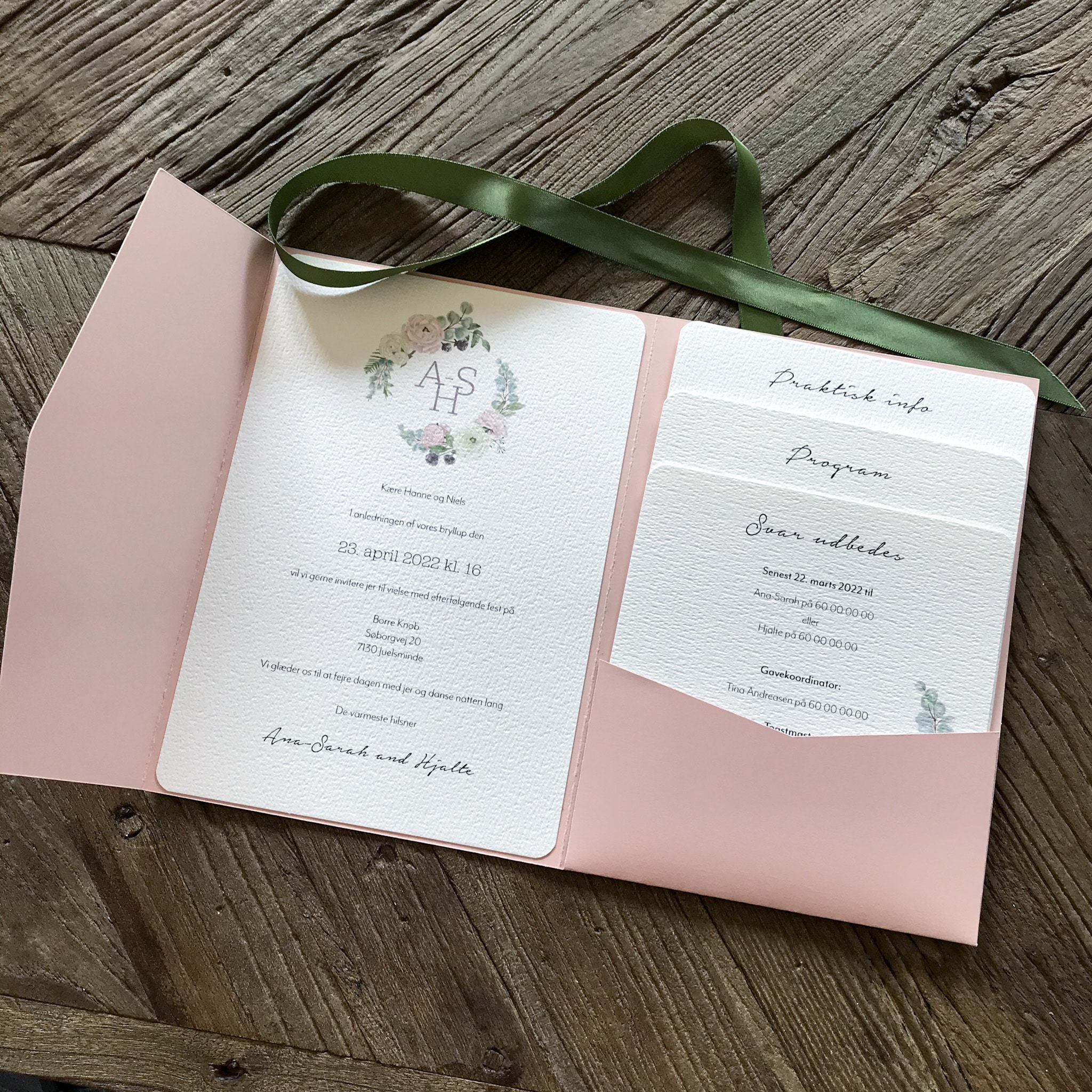 Custom design invitation med pocketfold (lommeinvitation) på akvarelpapir med brudeparrets monogram og håndtegnet grafik lavet af Woodhazel