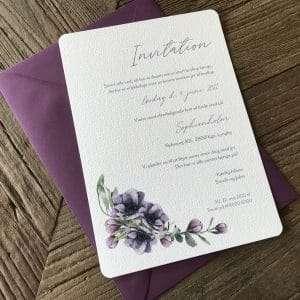 Bryllupsinvitation Anémone Violette med illustration af lilla anemoner med C5 kuvert i farven Vino