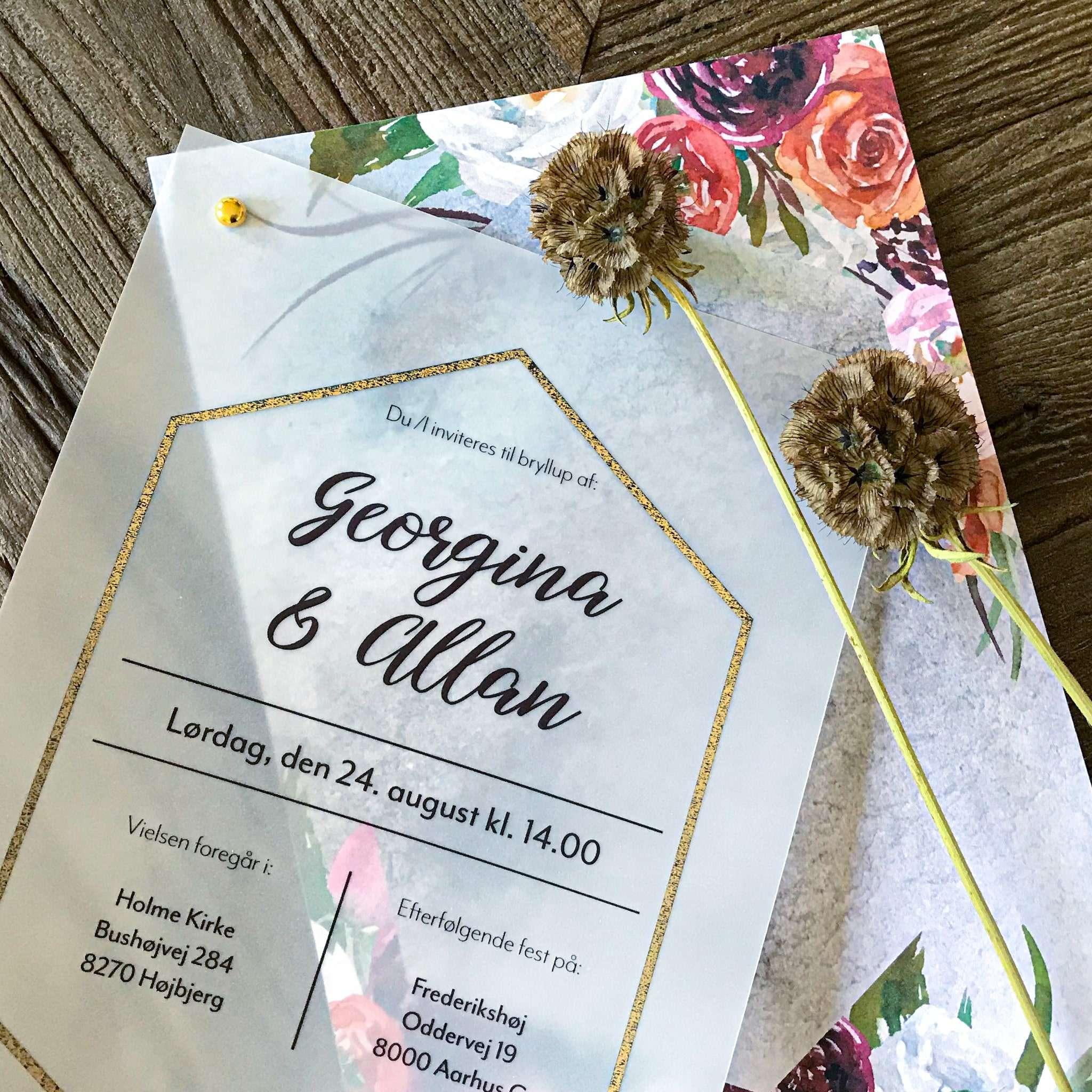 Fleur Boheme bryllupsinvitation - 4 varianter: Ocean, Olive, Peach og Eternal.  Med vellumforside (kalkerpapir) og antikguld folie ramme. Perfekt til et strandbryllup.