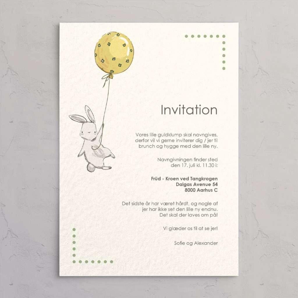Navngivningsinvitation Floating Bunny Mint - med illustration af baby kanin, der svæver med balloner i gule nuancer med små blomster