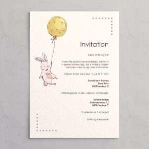 Barnedåbsinvitation Floating Bunny Petal - med illustration af baby kanin, der svæver med balloner i gule nuancer med små blomster